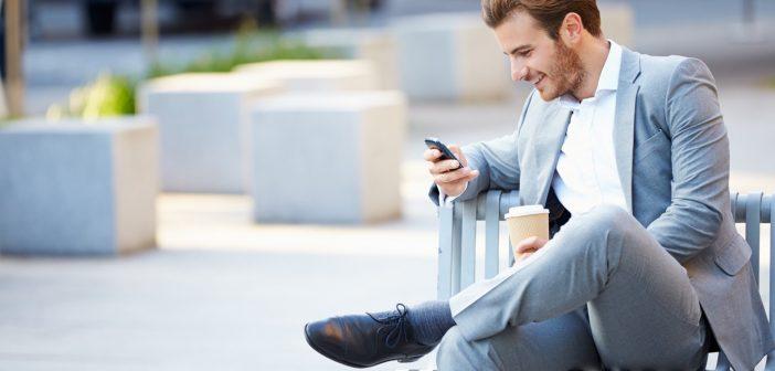 kofe-lavka-paren-telefon