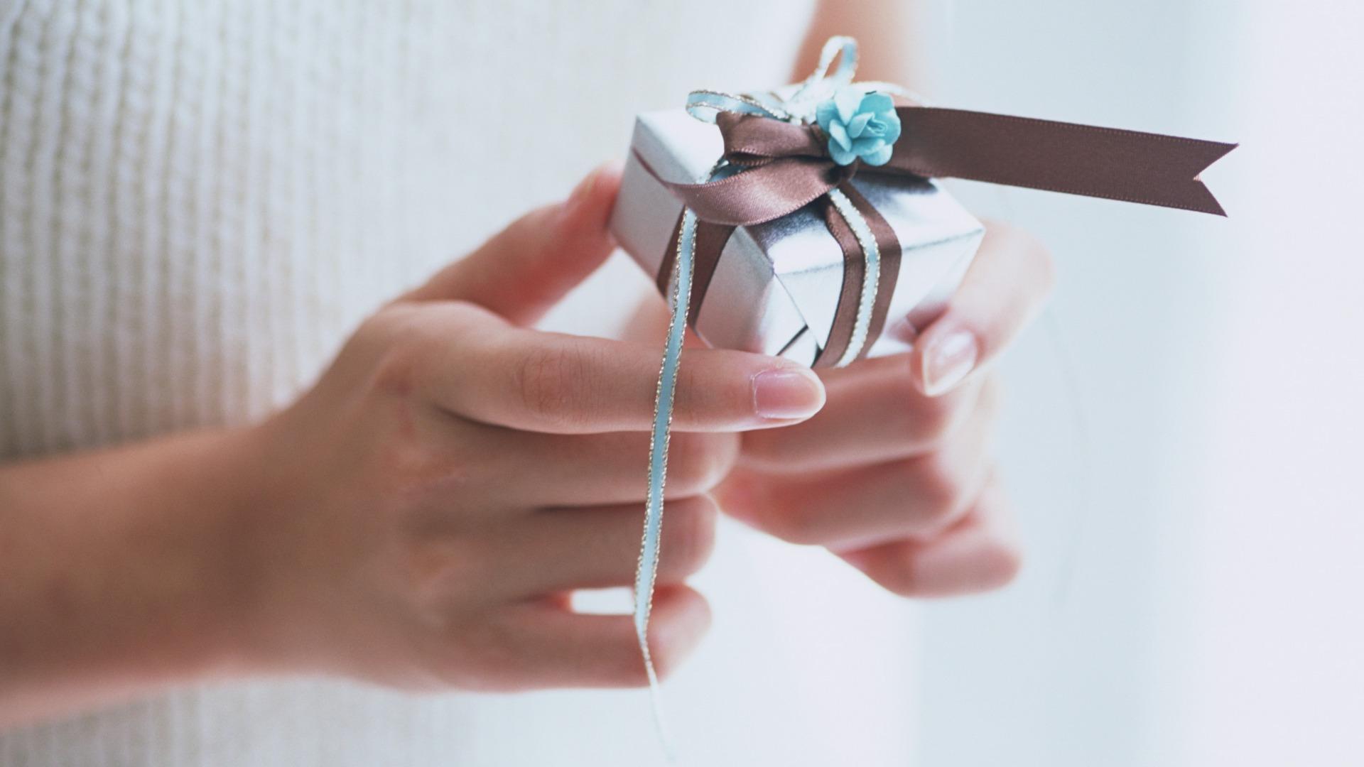 Смотреть как сделать подарок своими руками из бумаги