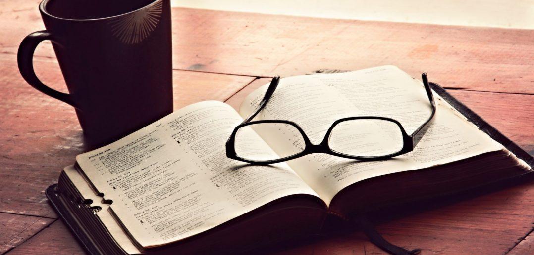 chashka-kniga-bibliya-ochki