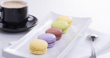 macaron-pechene-tarelka-kofe